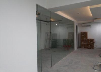 partsisi kaca temperred glass ruang meeting